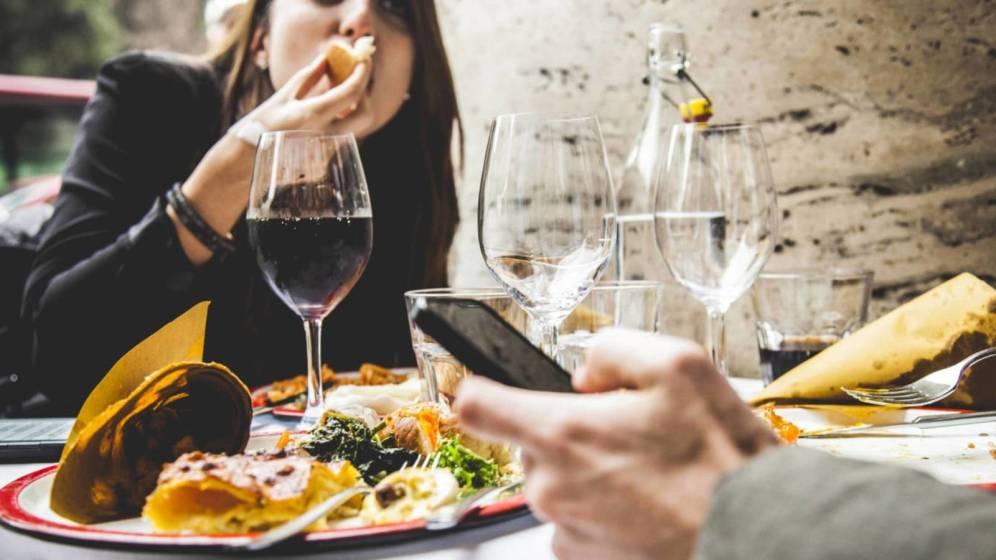 Обильный прием еды и алкоголя